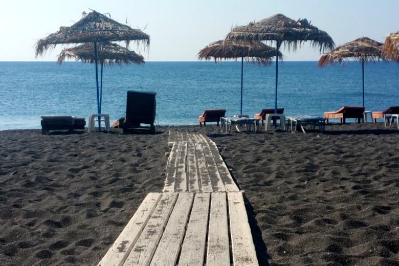 Santorini_black_beach